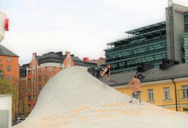 Amos Rexin edessä, René Magritten näyttelyn yläpuolella 2019. Kuvaaja Oona Myllyntaus.