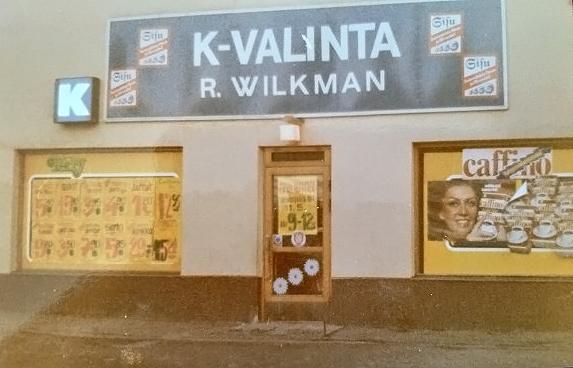 1970-luvulla ikkunoita peittivät käsin tekstatut tarjoushinnat. Kuva Rolf Wilkman.]
